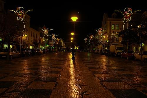 Calçada com Luz Amarela