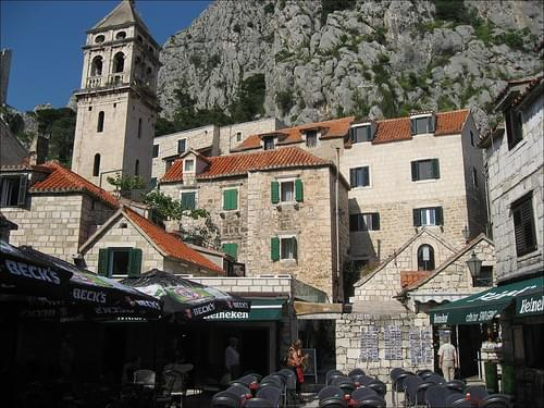 Village Center, Omis