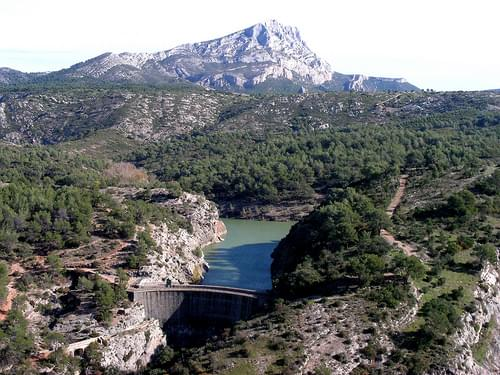 mont sainte victoire over lac zola