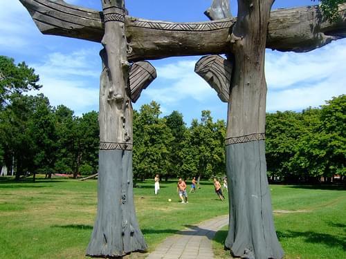 Liepja park wooden monument