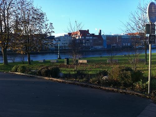 Halmstad desde el otro lado del río Nissan