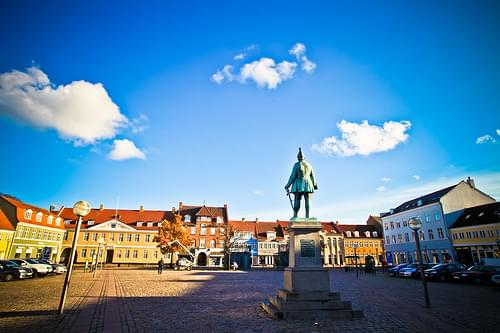 Køge square corner with statue