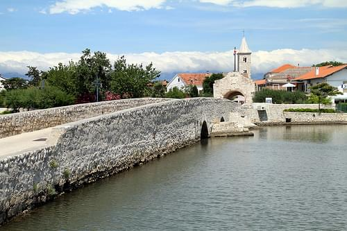 Stone Bridge and the Old Gate, Nin