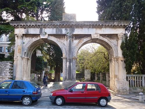 Twin Gates, Pula