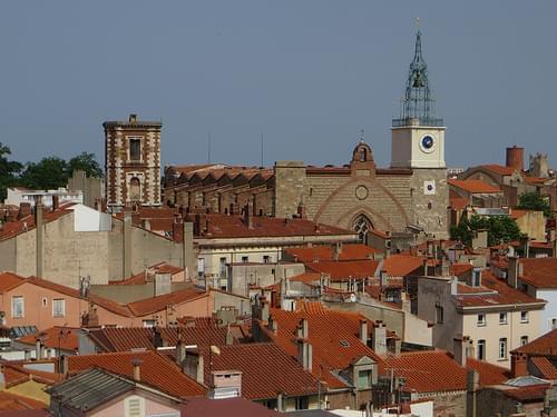 Cathédrale Saint-Jean et les toits de Perpignan, Roussillon, Pyrénées-Orientales, France.