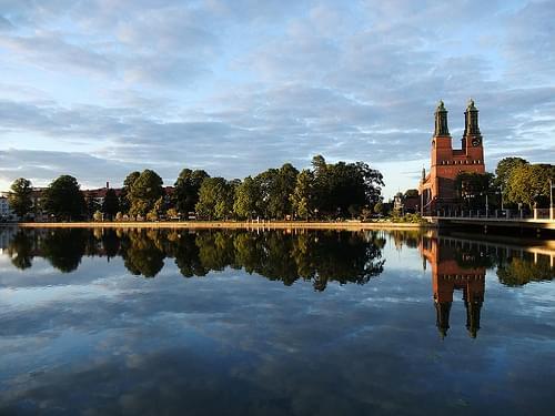 Klosters kyrka speglar sig