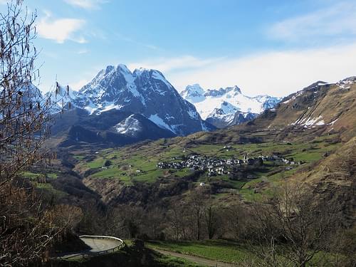 Le village de Lescun, le Pic d'Ansabère et le massif du Pic d'Anie, Vallée d'Aspe, Béarn, Pyrénées Atlantiques, Aquitaine, France.