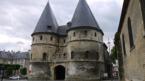 P1010156 Picardie, Beauvais, porte d'entrée fortifiée du Palais épicopal du comte-évêque, flanquée de deux tours du XIVe siècle; aujourd'hui, ce palais abrite les collections du Musée départemental de l'Oise